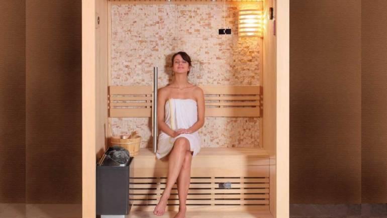 Bains de chaleur à travers un sauna sec