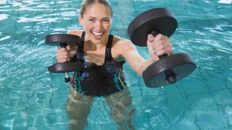 Une piscine avec jacuzzi, idéale pour la récupération musculaire