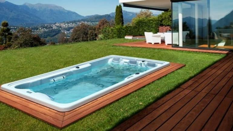 Piscine de terrasse face à la piscine traditionnelle