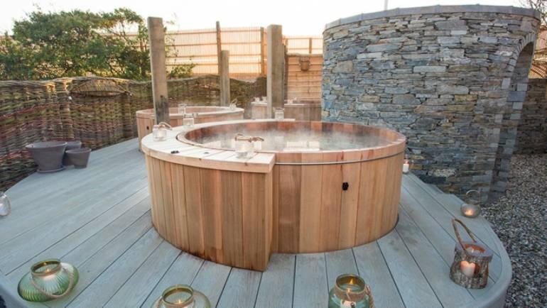 Un jacuzzi extérieur en bois, pour donner une touche différente à votre jardin ou terrasse